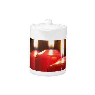 Tetera Las velas rojas de un advenimiento enrruellan con