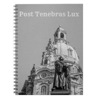 Texto gris claro del cuaderno del lux de Tenebras