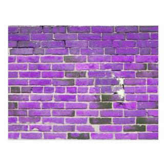 Textura púrpura de la pared de ladrillo del postal