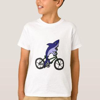 Tiburón azul de la diversión que monta la camiseta