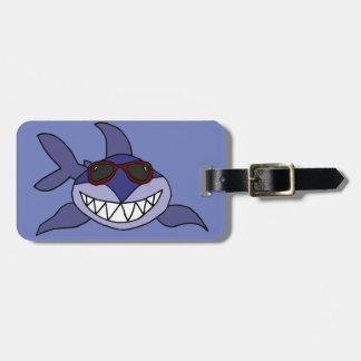 Tiburón azul divertido con las gafas de sol etiqueta para maletas