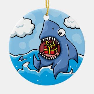 Tiburón con el presente adorno navideño redondo de cerámica