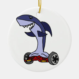 Tiburón divertido en Hoverboard rojo Adorno Navideño Redondo De Cerámica