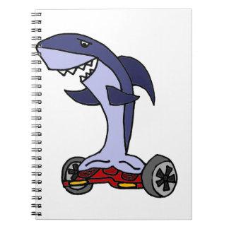 Tiburón divertido en Hoverboard rojo Libreta
