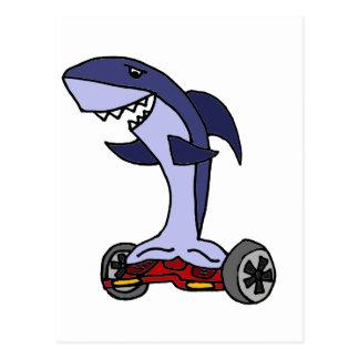Tiburón divertido en Hoverboard rojo Postal