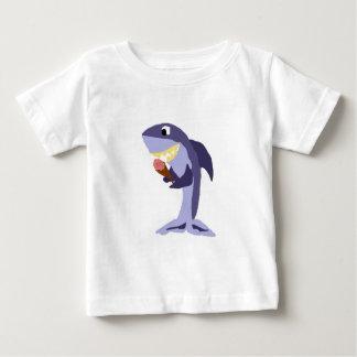 Tiburón divertido que come el cono de helado camiseta de bebé