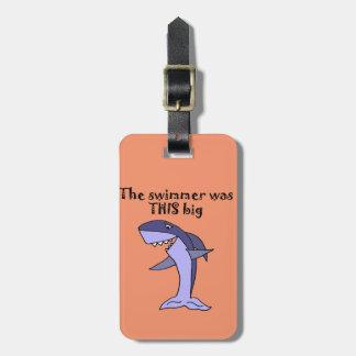 Tiburón divertido que cuenta historia de los etiqueta para maletas
