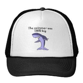 Tiburón divertido que cuenta historia de los gorras de camionero