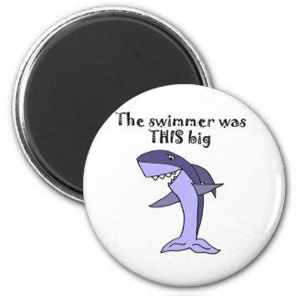 Tiburón divertido que cuenta historia de los imanes