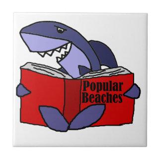 Tiburón divertido que lee el libro popular de las azulejo de cerámica
