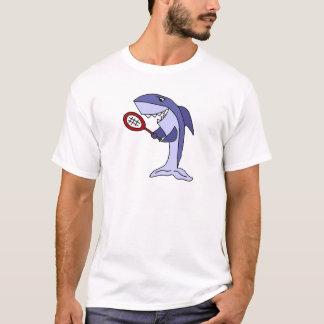 Tiburón que juega el dibujo animado del tenis camiseta