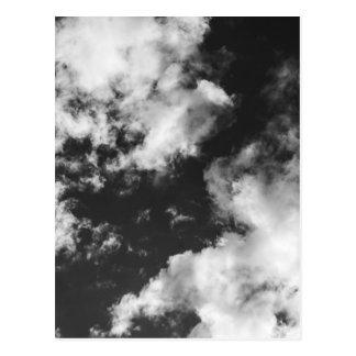 Tiempo nublado blanco y negro postal