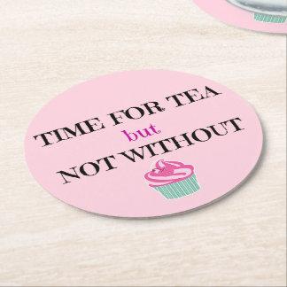 Tiempo para el té pero no sin la torta posavasos personalizable redondo