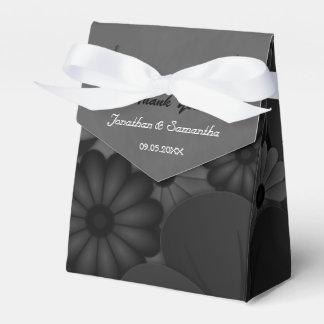 Tienda negra y gris floral con la caja del favor