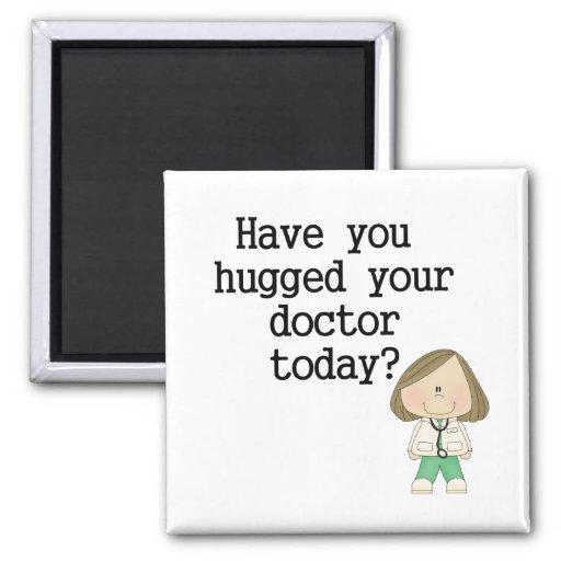Tiene usted abrazado su doctor (de sexo femenino) imán de frigorífico