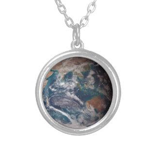 Tierra del espacio collar plateado