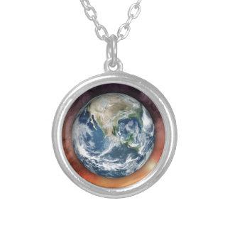 Tierra del planeta en espacio collar plateado