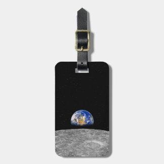Tierra del planeta que sube sobre la luna etiquetas maletas