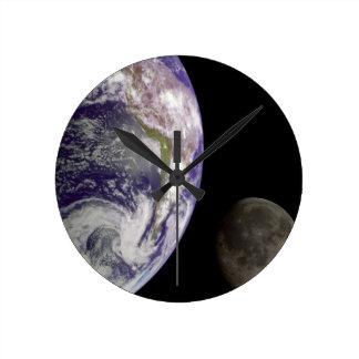 Tierra del planeta y reloj de la luna