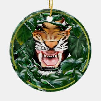 Tigre a través de los ornamentos de las hojas adorno navideño redondo de cerámica