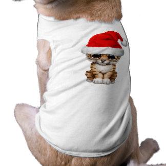 Tigre Cub lindo que lleva un gorra de Santa