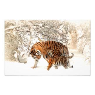Tigre de bebé y mamá del tigre en un bosque nevoso papelería