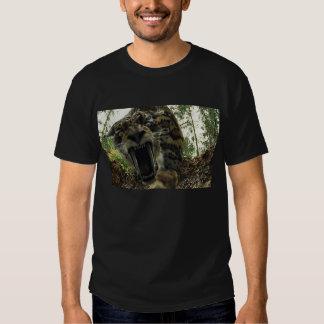 Tigre del diente del sable attaking camisetas