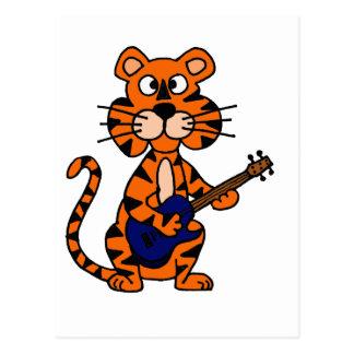 Tigre divertido que toca la guitarra eléctrica postal