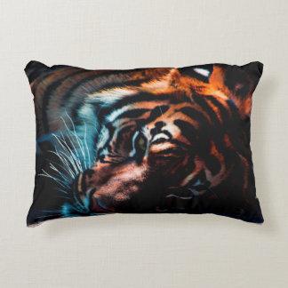 Tigre en almohada del descanso
