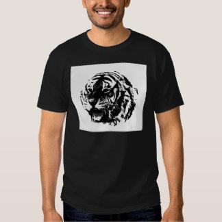 Tigre negro y blanco del rugido camisetas