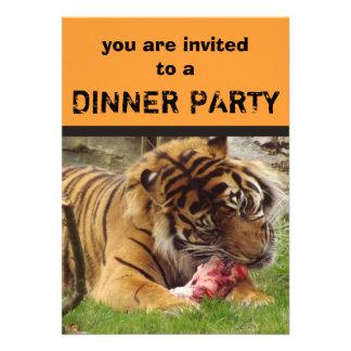Tigre que come sus invitaciones del fiesta de cena