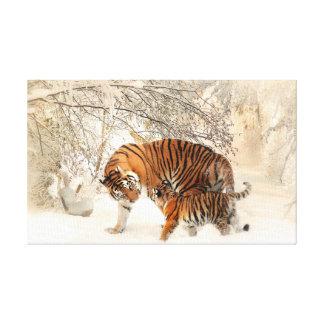 Tigre y cachorro en nieve lienzo