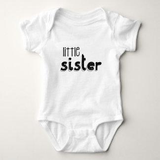 Tipografía negra y blanca de la pequeña hermana body para bebé