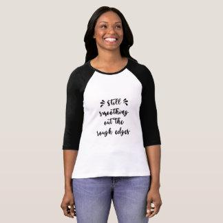 Tipografía todavía que allana los bordes ásperos camiseta