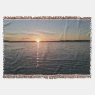 Tiro precioso hermoso de la manta del lago sunset