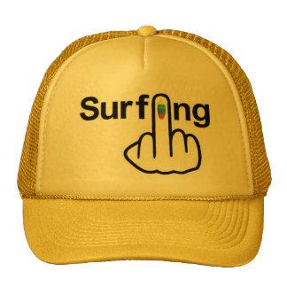 Tirón que practica surf del gorra