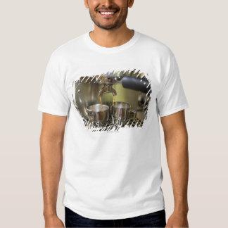Tiros duales del café express que son elaborados camisetas