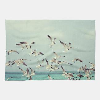 Toalla de cocina de las gaviotas en vuelo