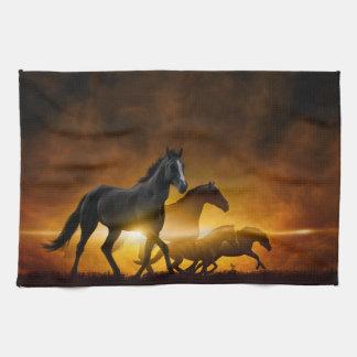 Toalla de cocina negra salvaje de los caballos