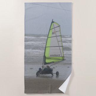 Toalla de playa de la arena que navega