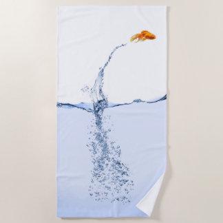 Toalla de playa de salto de los pescados del oro