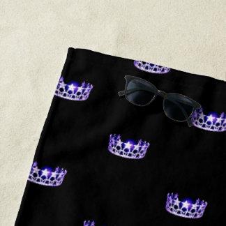 Toalla de playa púrpura de la corona de la
