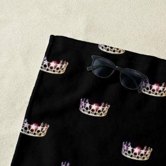 Toalla de playa rosada de plata de la corona de la
