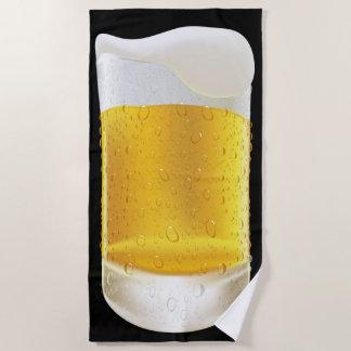 Toalla De Playa Una taza escarchada de cerveza jabonosa fría