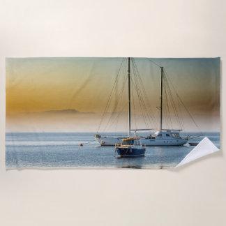 Toalla De Playa Yate y barco imponentes en el puerto deportivo