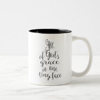 Toda la tolerancia de dios en una cara minúscula taza bicolor