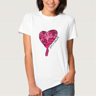 Todavía aquí corazón rosado del remiendo camisetas