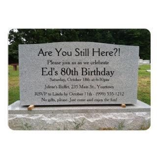 ¿Todavía está usted aquí?  El cumpleaños invita Invitación 12,7 X 17,8 Cm