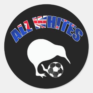 Todo el equipo de fútbol del kiwi de los blancos a pegatina redonda