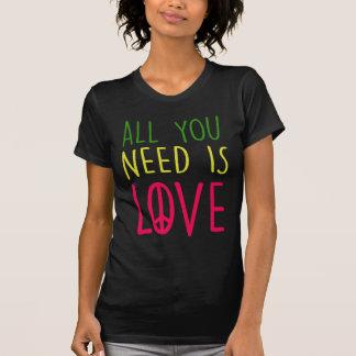Todo lo que usted necesita es gráfico del signo de camiseta